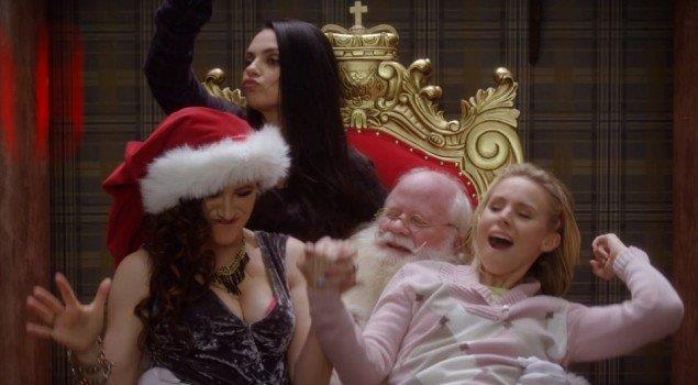 Le protagoniste avvinghiate a Babbo Natale in A Bad Moms Christmas