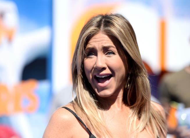 Primo piano di Jennifer Aniston con espressione sorpresa