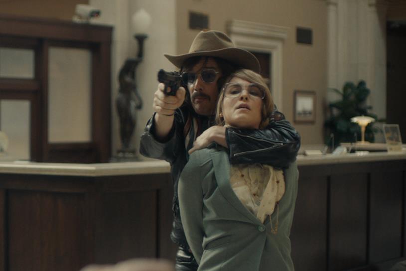Ethan Hawke e Naomi Rapace nel film Stockholm