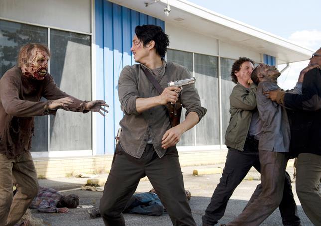 Glenn in una scena della sesta stagione di The Walking Dead