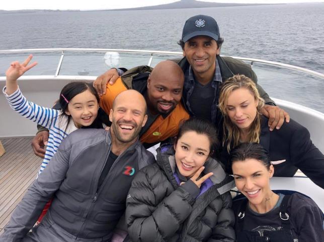 Foto di gruppo per gli attori di Meg