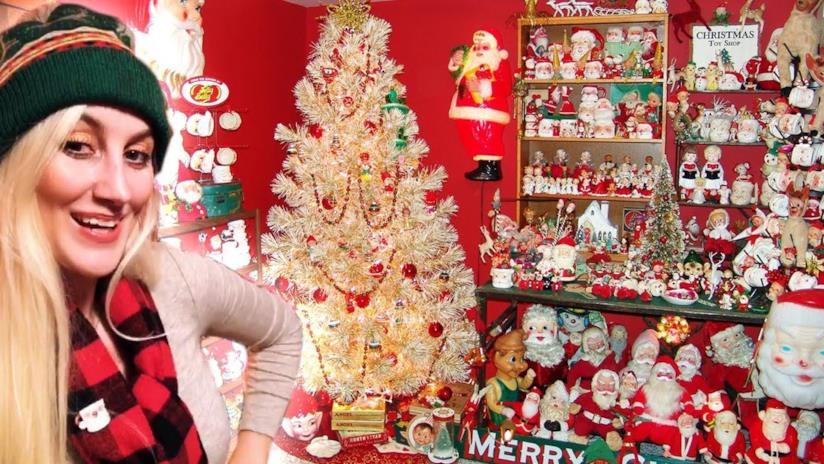 Primo piano di Heather Shayne nella sua stanza decorata per Natale