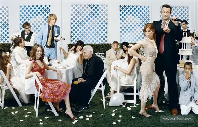 Un'elegante fotografia del cast di 2 Single a Nozze