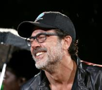 Il sorridente Jeffrey Dean Morgan