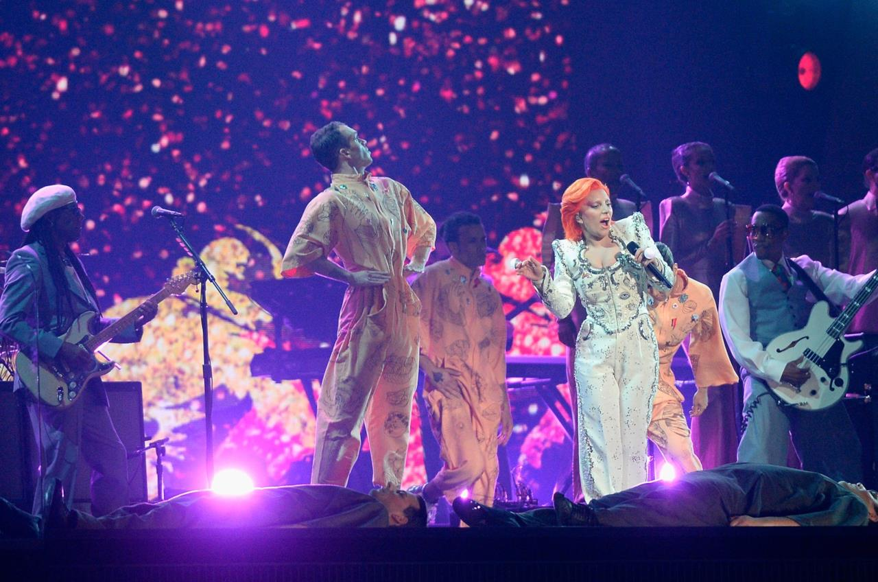 Una scena del tributo a Bowie durante i Grammy Awards 2016