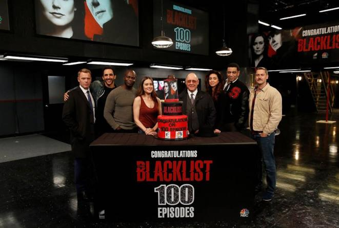 I protagonisti della serie TV dietro la torta per i primi 100 episodi