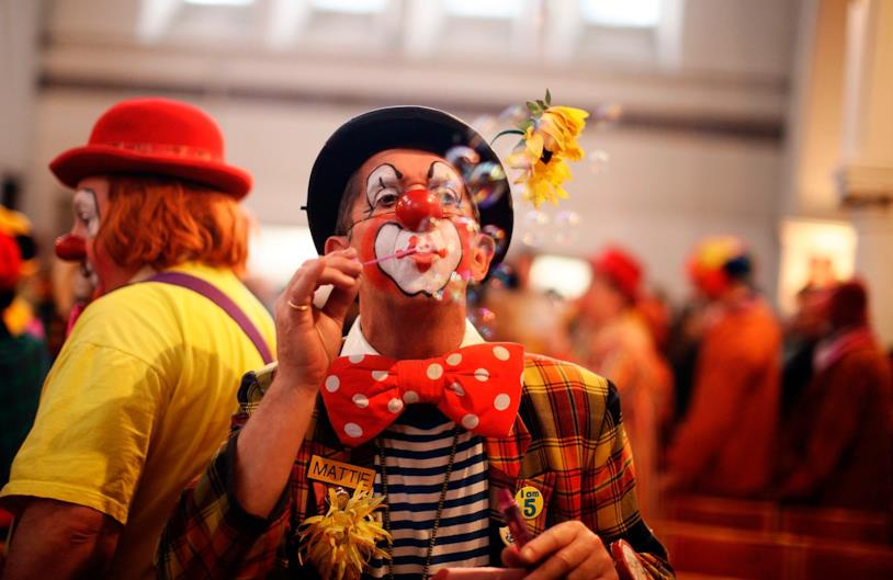 Il clown fa le bolle di sapone