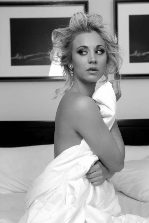 Kaley Cuoco è davvero super sexy, coperta solo da un bianco lenzuolo