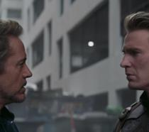 Un primo piano di Robert Downey Jr. Chris Evans in una sequenza di Avengers: Endgame
