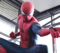 Un primo piano di Spider-Man avvolto nel costume