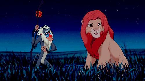 Rafiki colpisce col bastone il leone Simba