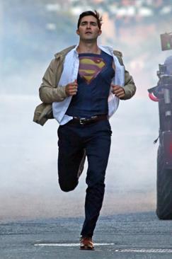 Tyler Hoechlin sul set della seconda stagione Supergirl