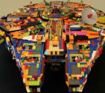Il coloratissimo Millennium Falcon di LEGO personalizzato