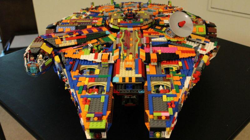 Dettagli del set LEGO Millennium Falcon colorato