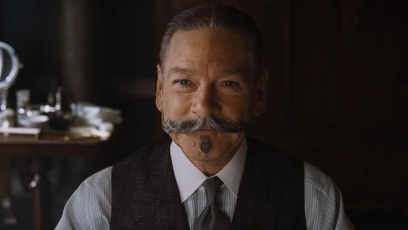 Un sorridente Kenneth Branagh nei panni di Hercule Poirot