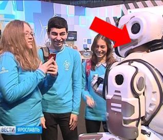 Il finto robot Boris osservato da alcuni studenti incuriositi
