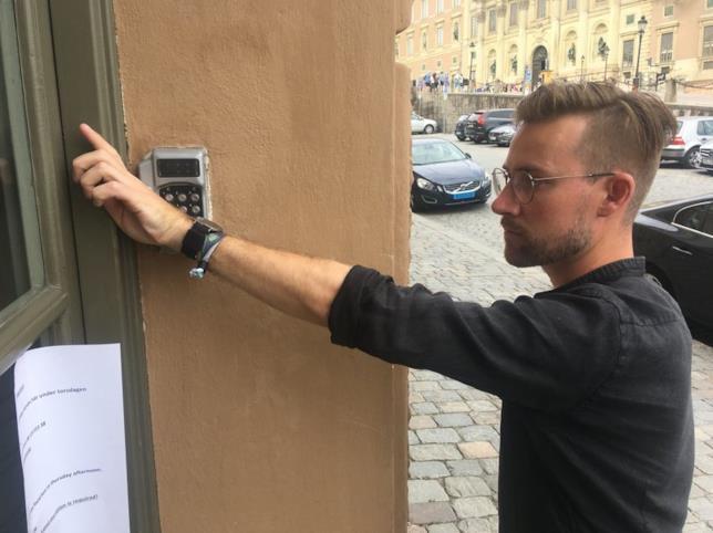 Erik Frisk, sviluppatore web e designer 30enne, apre il suo ufficio tramite il chip