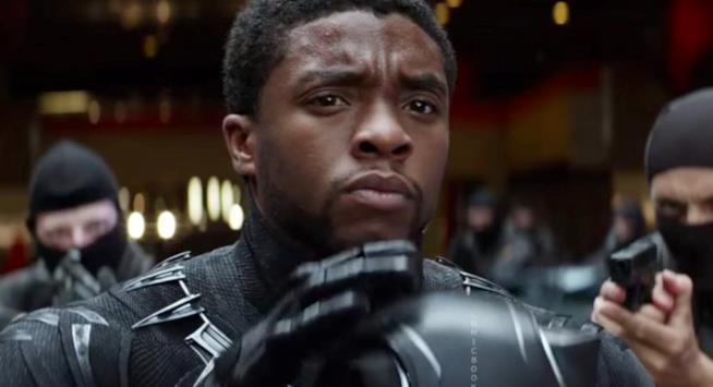 Chadwick Boseman in una scena del film Black Panther