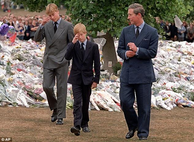 William a 15 anni con Harry e Carlo al funerale di Diana