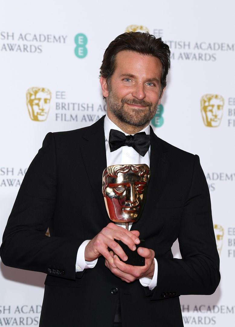 Bradley Cooper in primo piano con il BAFTA