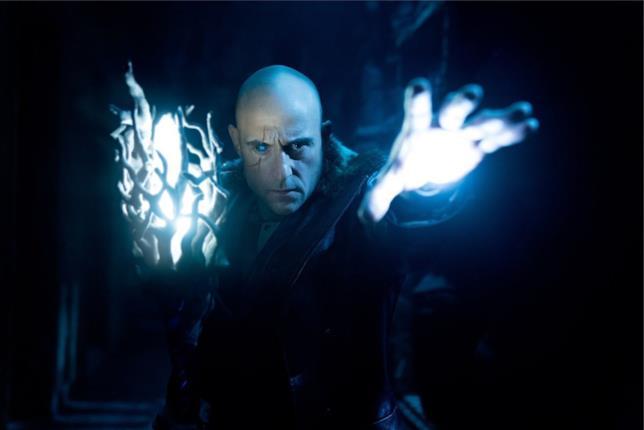 Mezzobusto di Mark Strong, nei panni del Dr. Sivana, con una strana energia che gli esce dalle mani