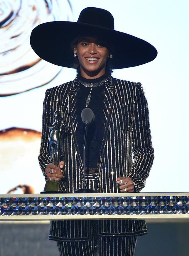 Beyoncé ritira il premio ai CFDA Awards 2016
