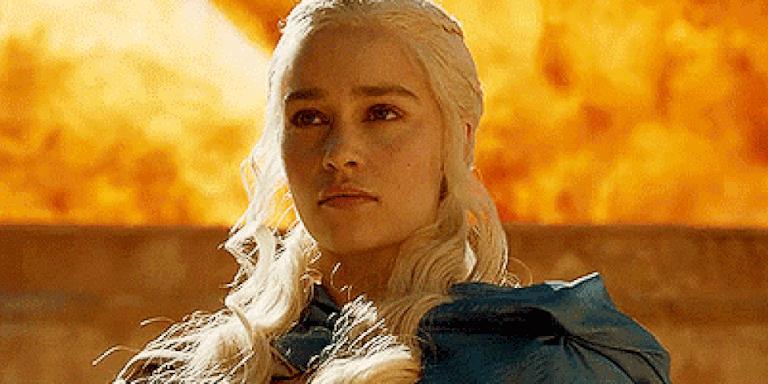 Daenerys Targaryen con il fuoco dei suoi draghi alle spalle