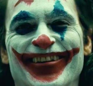 Primo piano di Joaquin Phoenix nei panni del Joker