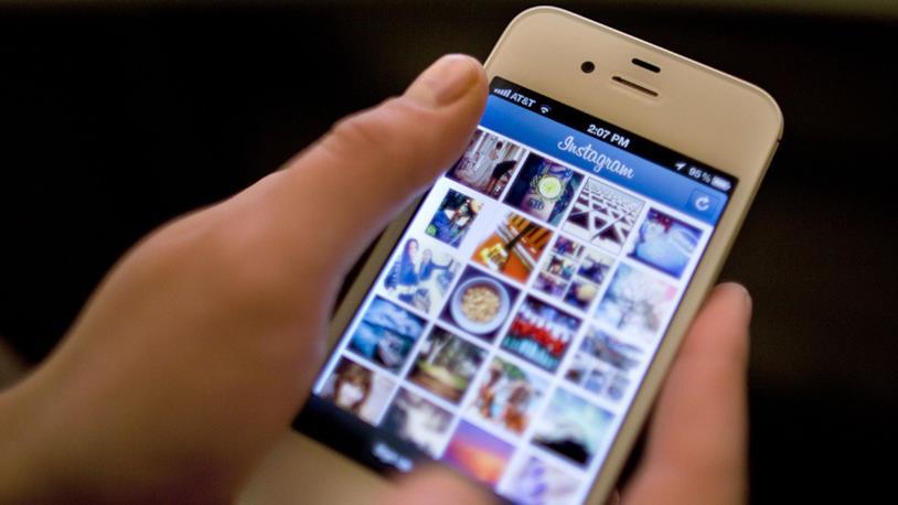 Display di uno smartphone che mostra la Timeline di Instagram