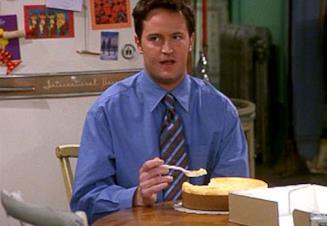 Chandler consuma un cheesecake intero in uno degli episodi della serie