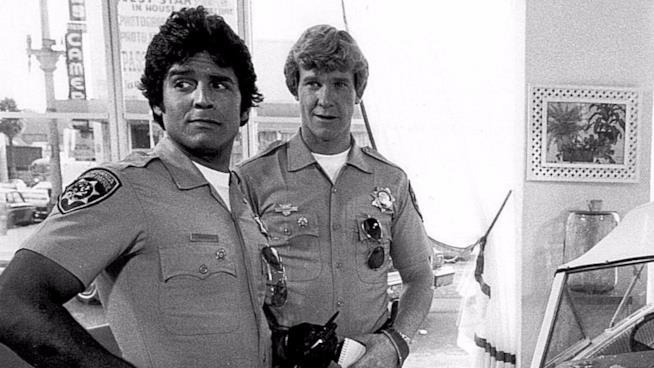 Larry Wilcox e Erik Estrada in una scena della serie TV CHiPs