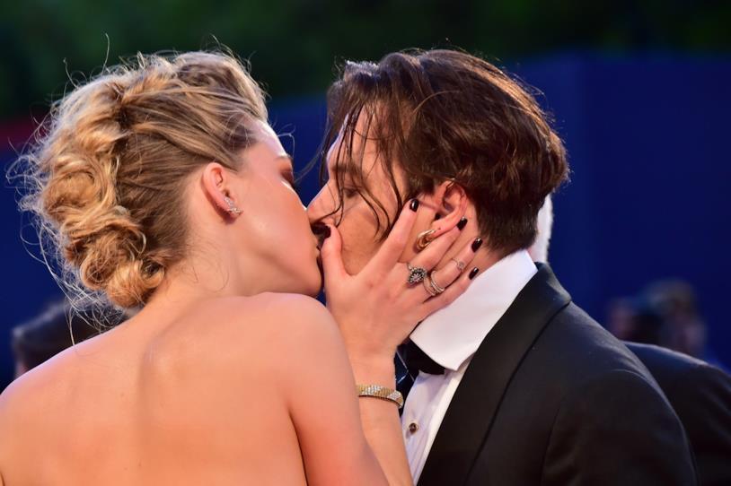 Primo piano del bacio tra Amber Heard e Johnny Depp