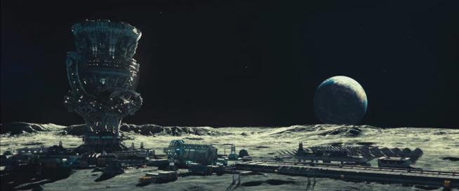 In Independence Day: Rigenerazione l'uomo ha costruito una base sulla luna