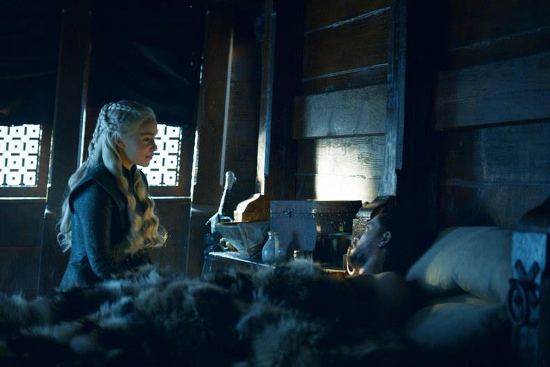 Emilia Clarke e Kit Harington sul set di Game of Thrones