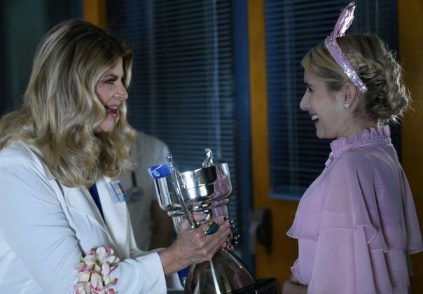 L'infermiera Hoffel dà una coppa a Chanel Oberlin