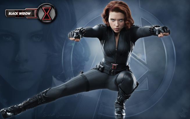 Scarlett Johansson accovacciata nei panni di Vedova Nera, in posizione da combattimento