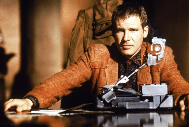 Harrison Ford è Rick Deckard in una scena di Blade Runner