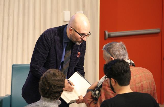 Donato Carrisi autografa ai propri fan i suoi libri