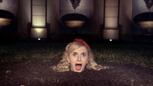 Tiffany LaSalle sepolta nell'erba viene decapitata mentre canta Taylor Swift