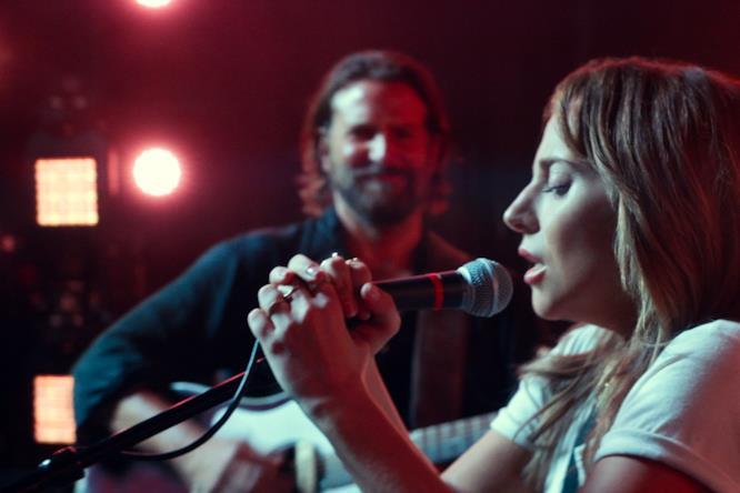 Ally e Jack durante un'esibizione in cui lei canta