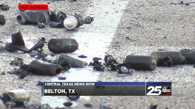 Screenshot del video di KXXV Central Texas News Now: Bombelette di deodoranti spray Axe riversate sul manto stradale