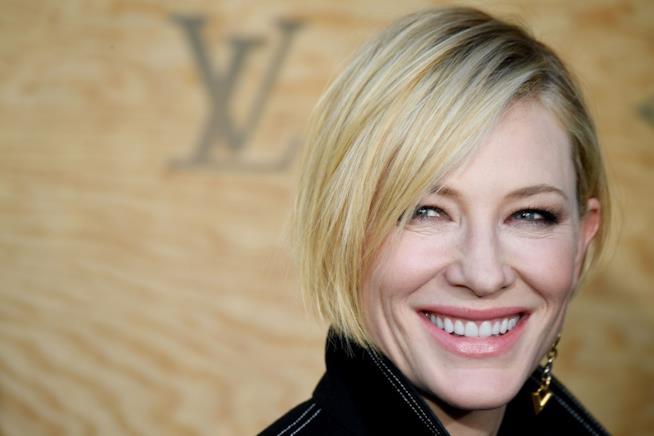Cate Blanchett in primo piano sorridente