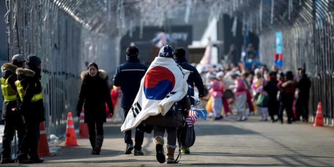 Alcuni tifosi con la bandiera della Corea del Sud diretto allo Stadio Olimpico di Daegwallyeong