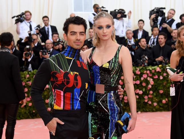 Joe Jonas e Sophie Turner sul tappeto rosa del Met Gala