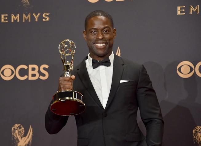 Sterling K. Brown mostra il premio Emmy appena vinto