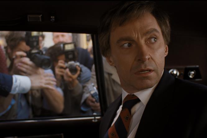 Gary Hart in auto, assediato dai giornalisti