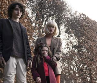 Finn Wolfhard, Brooklynn Prince e Mackenzie Davis guardano verso il basso in una scena del film