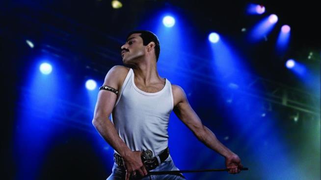 Rami Malek nei panni di Freddie Mercury in una scena da Bohemian Rhapsody