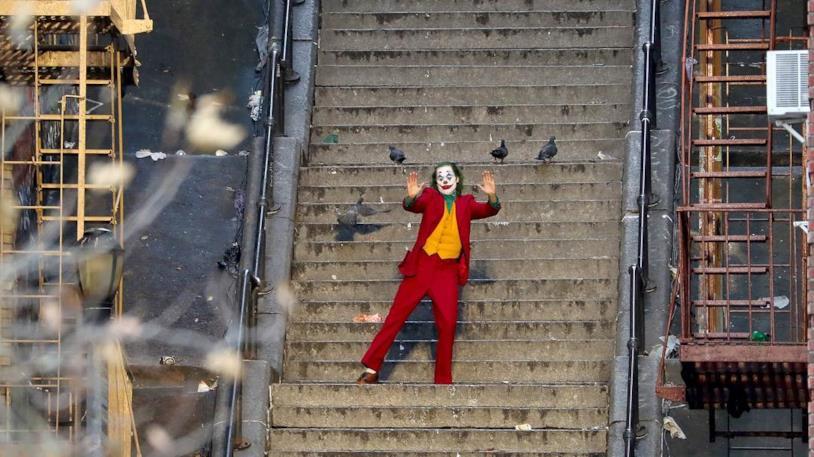 Joker scende le scale