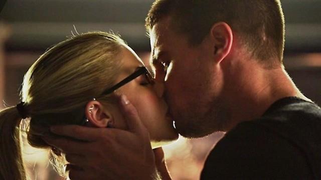 Romantico bacio tra Oliver e Felicity